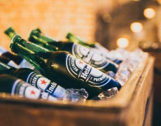 10 000 butelek piwa rozlało się z ciężarówki na drogę