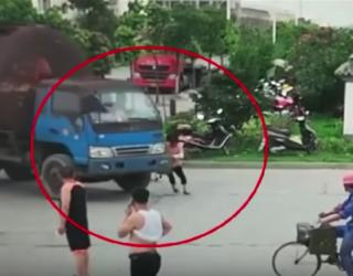 Dziwny moment, w którym kobieta próbuje oszukać kierowcę ciężarówki