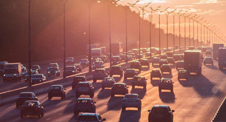 Pas awaryjny na autostradzie – definicja. Do czego służy i jak można z niego korzystać?