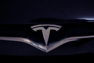 Tesla twierdziła, że ich pickup jest kuloodporny. Potem pękła szyba